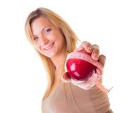 Muchacha grande del tamaño extra grande de la mujer con pérdida de peso de medición de la cinta de la manzana. Aislado. Imagen de archivo libre de regalías