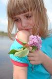 Muchacha gritadora con la lila Imagenes de archivo