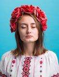 Muchacha gritadora joven en el traje nacional ucraniano Fotos de archivo