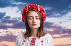 Muchacha gritadora joven en el traje nacional ucraniano Fotografía de archivo libre de regalías