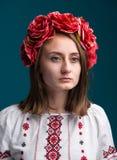 Muchacha gritadora joven en el traje nacional ucraniano Fotos de archivo libres de regalías
