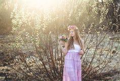 Muchacha, guirnalda floral y bosque de la primavera Imágenes de archivo libres de regalías