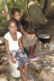Muchacha haitiana joven y su madre Foto de archivo libre de regalías