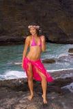 Muchacha hawaiana con las flores en la lava Imagen de archivo libre de regalías