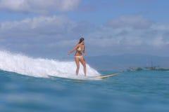 Muchacha Hawaii de la persona que practica surf Imagenes de archivo