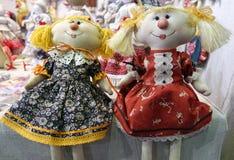 Muchacha hecha a mano de la muñeca dos Decoración de los días de fiesta Imagen de archivo