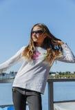 Muchacha hermosa adolescente en el parque por el lago al aire libre Foto de archivo libre de regalías