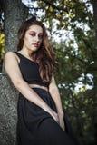Muchacha hermosa adolescente en un estilo del vintage en un parque fabuloso del otoño Fotos de archivo