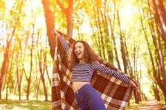 Muchacha hermosa al aire libre que disfruta de la naturaleza en bosque Imagen de archivo libre de regalías