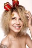 Muchacha hermosa alegre alegre en imagen del ` s del Año Nuevo con maquillaje festivo cara de la belleza de la sonrisa Imagen de archivo libre de regalías