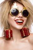 Muchacha hermosa alegre alegre en imagen del ` s del Año Nuevo con maquillaje festivo cara de la belleza de la sonrisa Fotos de archivo libres de regalías