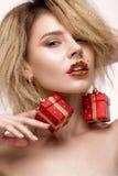 Muchacha hermosa alegre alegre en imagen del ` s del Año Nuevo con maquillaje festivo cara de la belleza de la sonrisa Imágenes de archivo libres de regalías