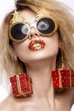 Muchacha hermosa alegre alegre en imagen del ` s del Año Nuevo con maquillaje festivo cara de la belleza de la sonrisa Fotografía de archivo