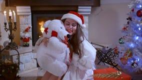 Muchacha hermosa antes de la Navidad metrajes