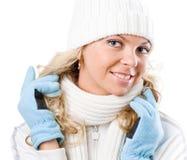 Muchacha hermosa atractiva en el sombrero blanco y guantes azules Foto de archivo libre de regalías