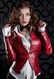Muchacha hermosa atractiva en una chaqueta roja Imagen de archivo libre de regalías