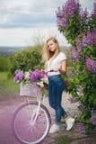 Muchacha hermosa cerca de la bicicleta blanca Imagen de archivo