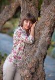 Muchacha hermosa cerca del árbol Imágenes de archivo libres de regalías