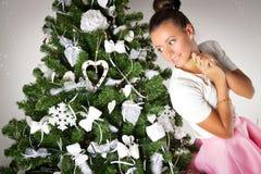 Muchacha hermosa cerca del árbol de navidad Imagenes de archivo
