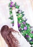 Muchacha hermosa cerca del árbol de navidad Fotografía de archivo libre de regalías