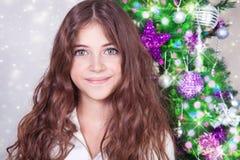 Muchacha hermosa cerca del árbol de navidad Foto de archivo libre de regalías