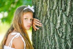 Muchacha hermosa cerca del árbol grande Fotos de archivo libres de regalías