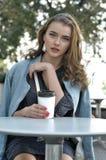 Muchacha hermosa con café de consumición del pelo largo Imagen de archivo