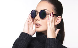 Muchacha hermosa con cierre del desgaste de las gafas de sol y del ojo del verano encima del concepto comercial Imagenes de archivo