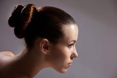 Muchacha hermosa con corte de pelo con estilo imagenes de archivo