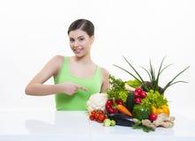 Muchacha hermosa con dieta sana de las frutas y verduras Fotografía de archivo libre de regalías