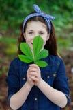 Muchacha hermosa con diez años en un parque Foto de archivo libre de regalías