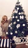 Muchacha hermosa con el árbol de navidad Imagen de archivo