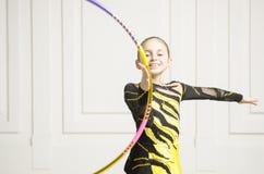 Muchacha hermosa con el aro rosado de la gimnasia rítmica Imagen de archivo