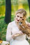 Muchacha hermosa con el búho La novia con el búho imagen de archivo