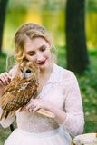 Muchacha hermosa con el búho La novia con el búho foto de archivo