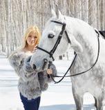 Muchacha hermosa con el caballo Fotos de archivo