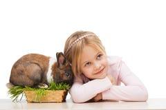 Muchacha hermosa con el conejito lindo en hierba Foto de archivo libre de regalías