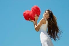 Muchacha hermosa con el corazón en el día de tarjeta del día de San Valentín Imagen de archivo libre de regalías