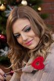 Muchacha hermosa con el corazón rojo Fotos de archivo