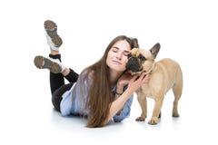 Muchacha hermosa con el dogo francés Fotografía de archivo