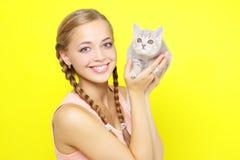 Muchacha hermosa con el gatito escocés Foto de archivo
