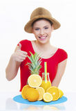 Muchacha hermosa con el jugo de limón anaranjado de la fruta fresca Fotos de archivo libres de regalías