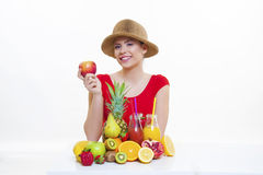 Muchacha hermosa con el jugo de limón anaranjado de la fruta fresca Imagen de archivo libre de regalías