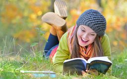Muchacha hermosa con el libro en parque del otoño Imagen de archivo libre de regalías