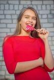 Muchacha hermosa con el Lollipop Imagen de archivo libre de regalías