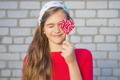 Muchacha hermosa con el Lollipop Fotografía de archivo