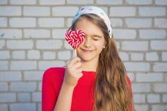 Muchacha hermosa con el Lollipop Foto de archivo libre de regalías