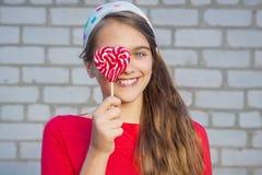 Muchacha hermosa con el Lollipop Imágenes de archivo libres de regalías