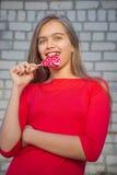 Muchacha hermosa con el Lollipop Fotos de archivo