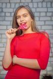 Muchacha hermosa con el Lollipop Foto de archivo